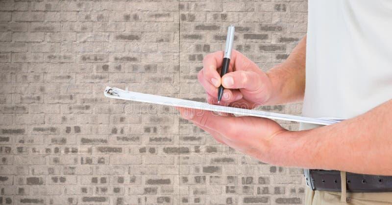 Средний раздел сочинительства человека на доске сзажимом для бумаги иллюстрация вектора