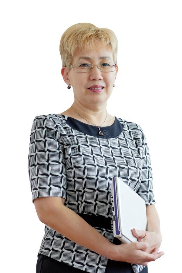 Средн-постаретая женщина с компьтер-книжкой стоковые изображения