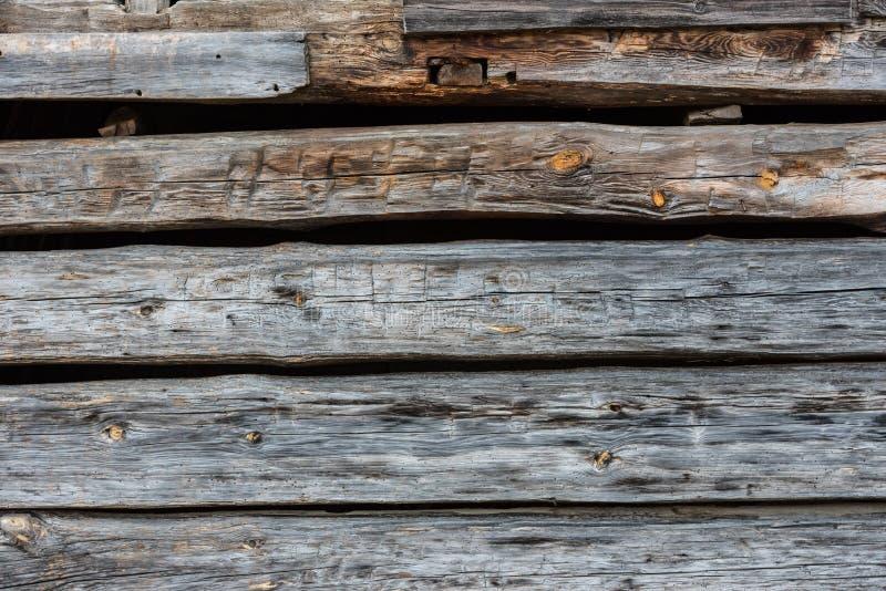 Срубленная рукой стена журнала стоковые фото