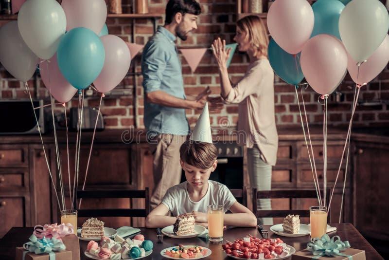 Ссора семьи во время дня рождения стоковое фото