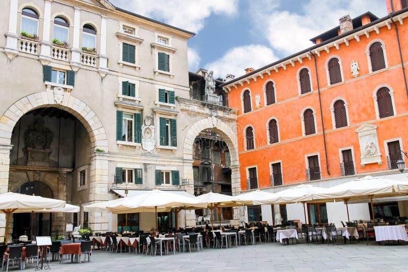 Ставит внешний ресторан на обсуждение на della Signoria аркады в Вероне стоковое фото