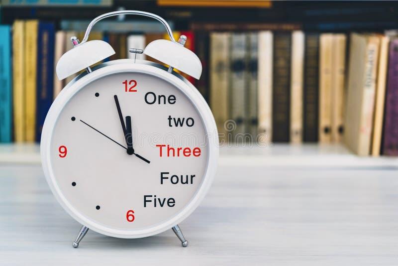 Ставьте в скобки часы крупный план будильника на переднем плане стоковое фото