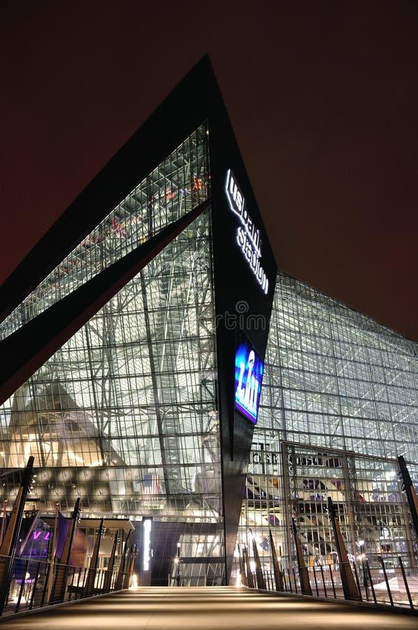 Стадион банка Минесоты Викингов США в Миннеаполисе на ноче, месте Супер Боул 52 стоковое изображение rf