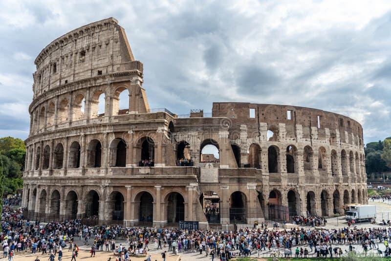 Стадион Рима в драматическом небе деревья и окружать людей стоковые изображения rf