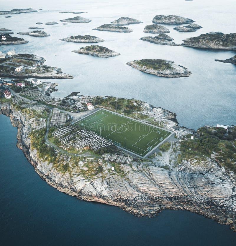 Стадион футбольного поля в Henningsvaer сверху Henningsvaer рыбацкий поселок около Reine и Hamboy обнаруженных местонахождение да стоковая фотография rf