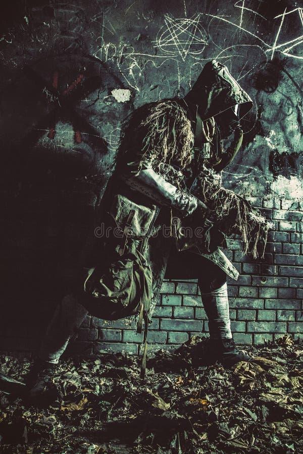 Сталкер подготовил с оружием крадясь в темных катакомбах стоковые фотографии rf