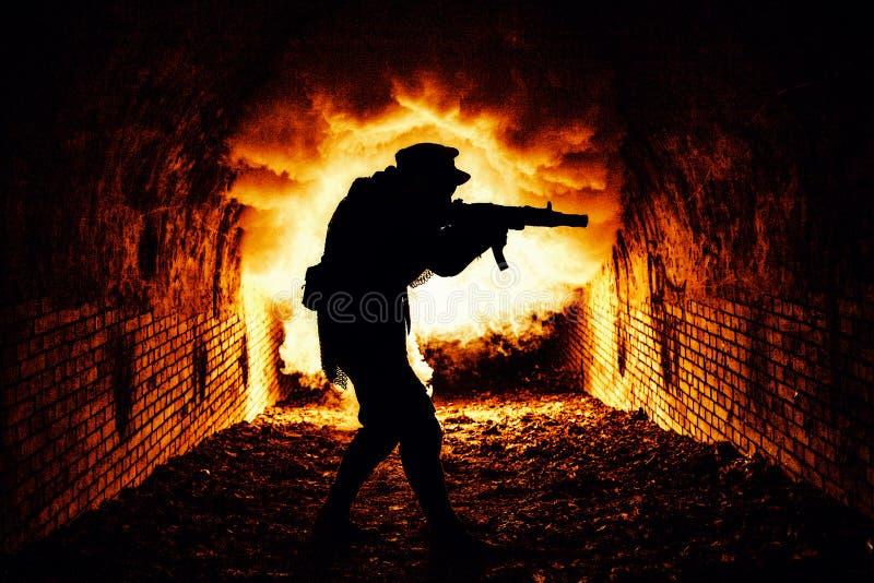 Сталкер с катакомбами оружия исследуя с боем стоковая фотография rf