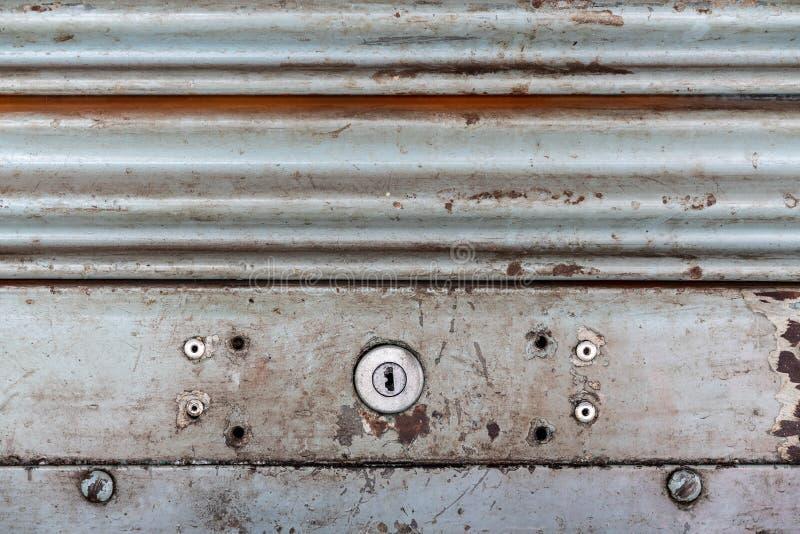 Стальная деревенская винтажная свертывая дверь с keyhole Деревенская текстура двери шторки Улучшите для предпосылки стоковое фото