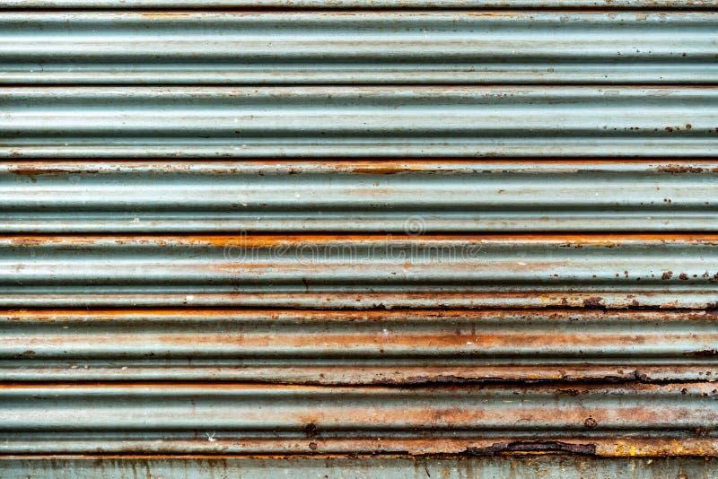 Стальная деревенская винтажная свертывая дверь Деревенская текстура двери шторки Улучшите для предпосылки стоковые фото