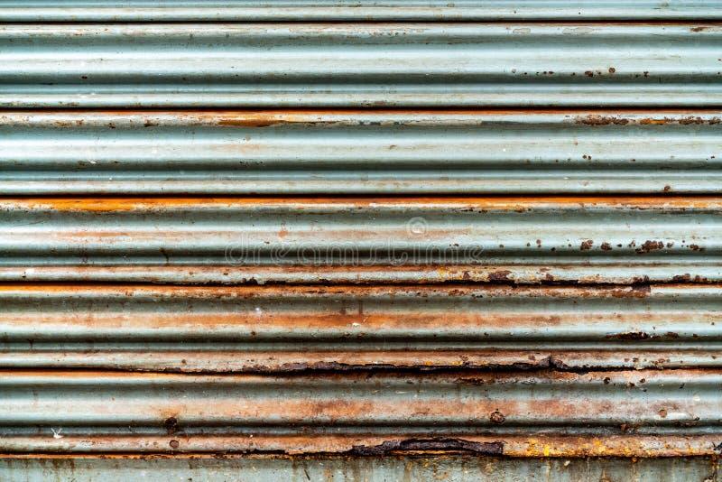 Стальная деревенская винтажная свертывая дверь Деревенская текстура двери шторки Улучшите для предпосылки стоковые фотографии rf