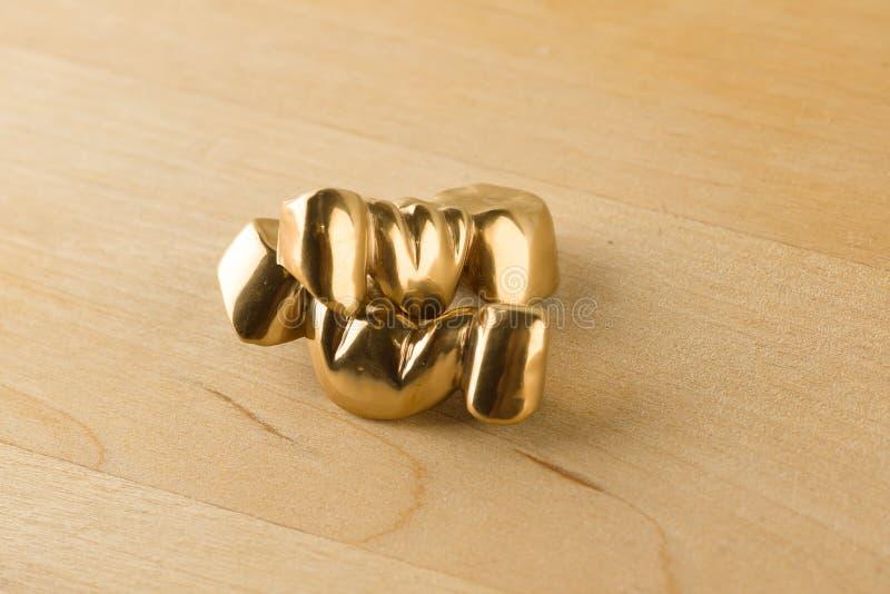 Стальная искусственная зубоврачебная крона для восстановления зубной формулы стоковая фотография rf