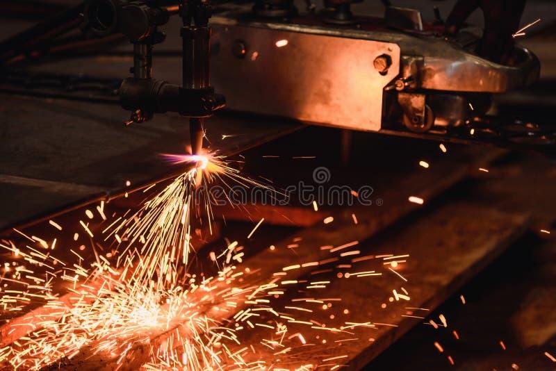 Стальная пластина вырезывания работника с газовым резаком заварки диссугаза стоковые изображения