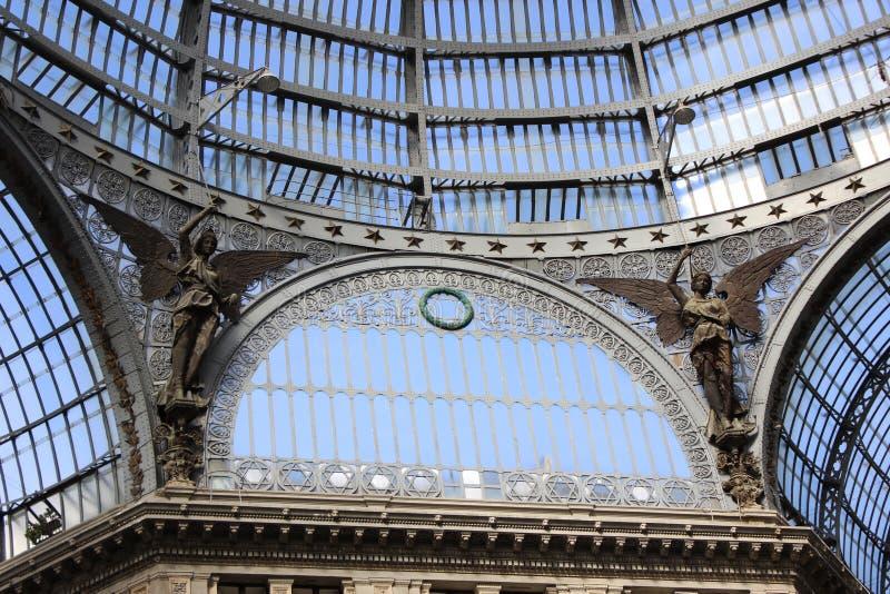 Стальная структура купола торгового центра с scupltures в Неаполе стоковое изображение rf