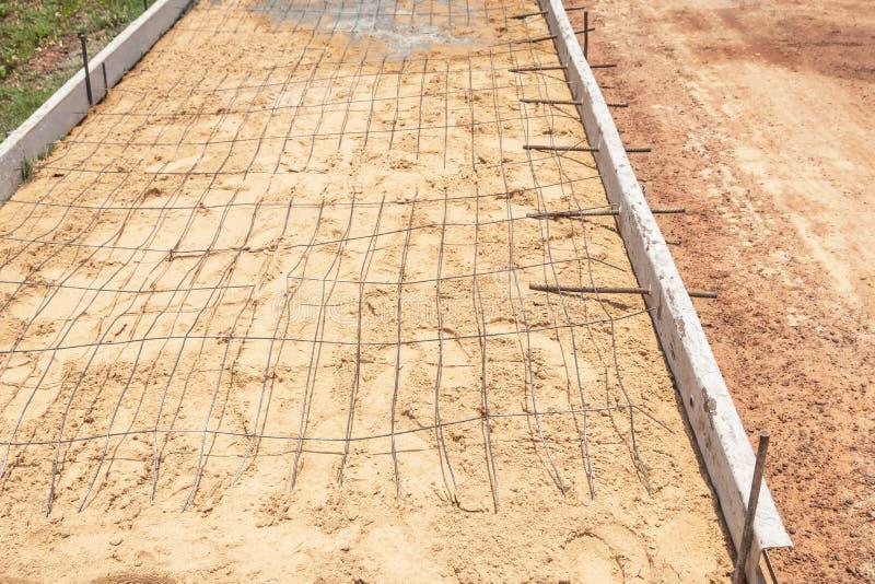 Стальная ячеистая сеть усиливая бара перед лить бетон на дороге стоковое фото