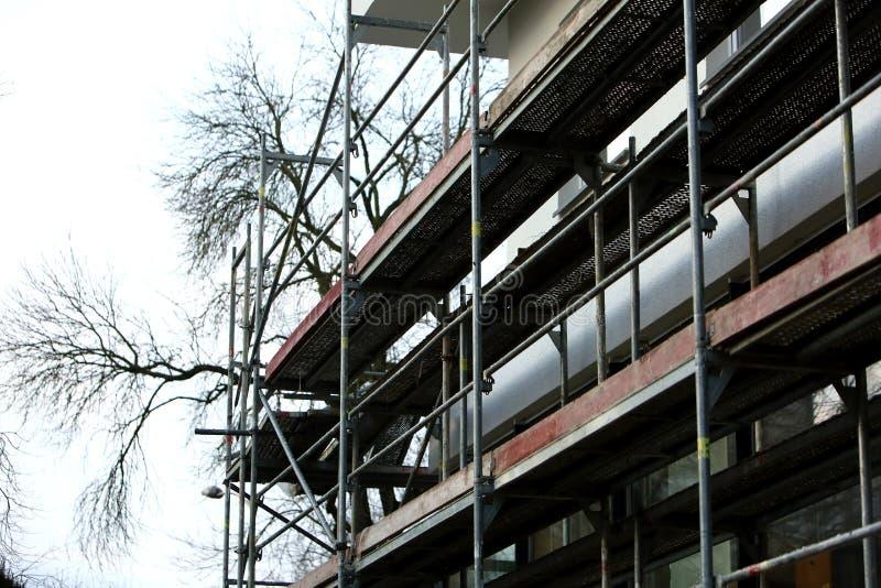 Стальные леса используемые для ремонтных работ façade стоковые изображения rf