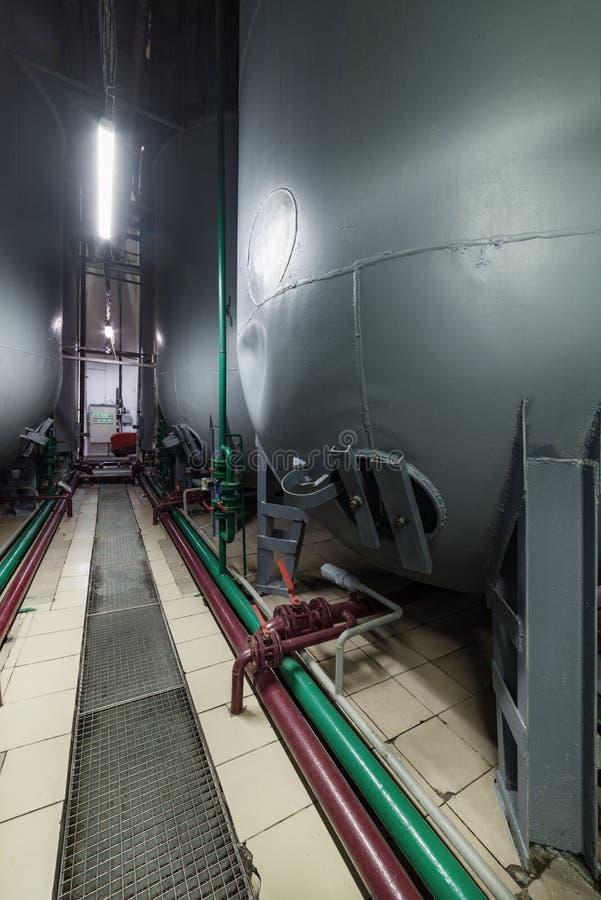 Стальные полукруглые серые танки для заквашивать смесь дрожжей стоковые фотографии rf