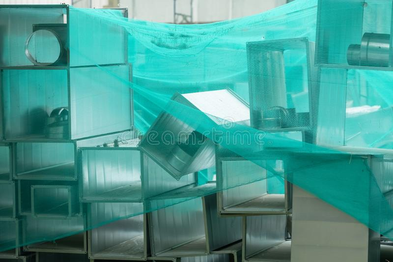 Стальные прямоугольные трубы, части для конструкции трубопроводов промышленной системы условия воздуха стоковая фотография rf