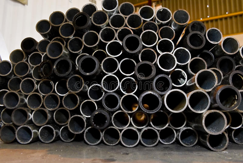 сталь штабелированная трубами стоковая фотография rf