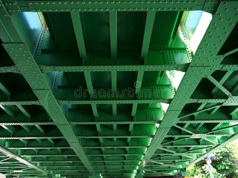 Стал-рамки под железнодорожным мостом в Токио стоковая фотография rf