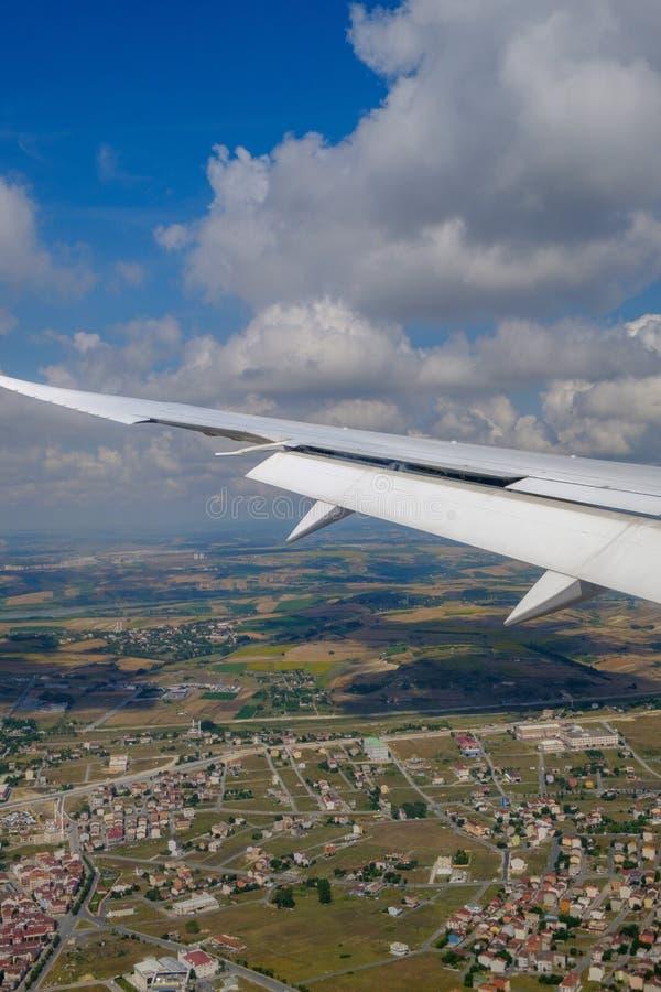 Стамбул Взгляд крыла воздушных судн и облаков от иллюминатора E стоковое изображение rf