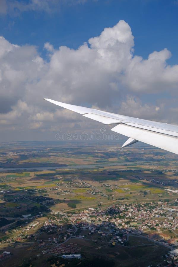 Стамбул Взгляд крыла воздушных судн и облаков от иллюминатора E стоковые фотографии rf