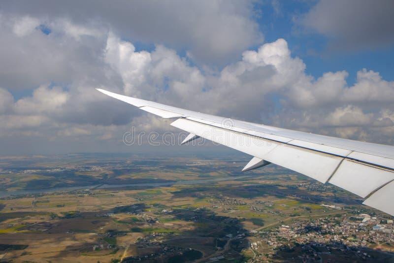 Стамбул Взгляд крыла воздушных судн и облаков от иллюминатора E стоковое фото