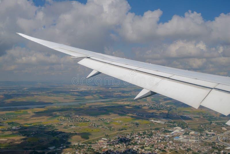 Стамбул Взгляд крыла воздушных судн и облаков от иллюминатора E стоковое изображение