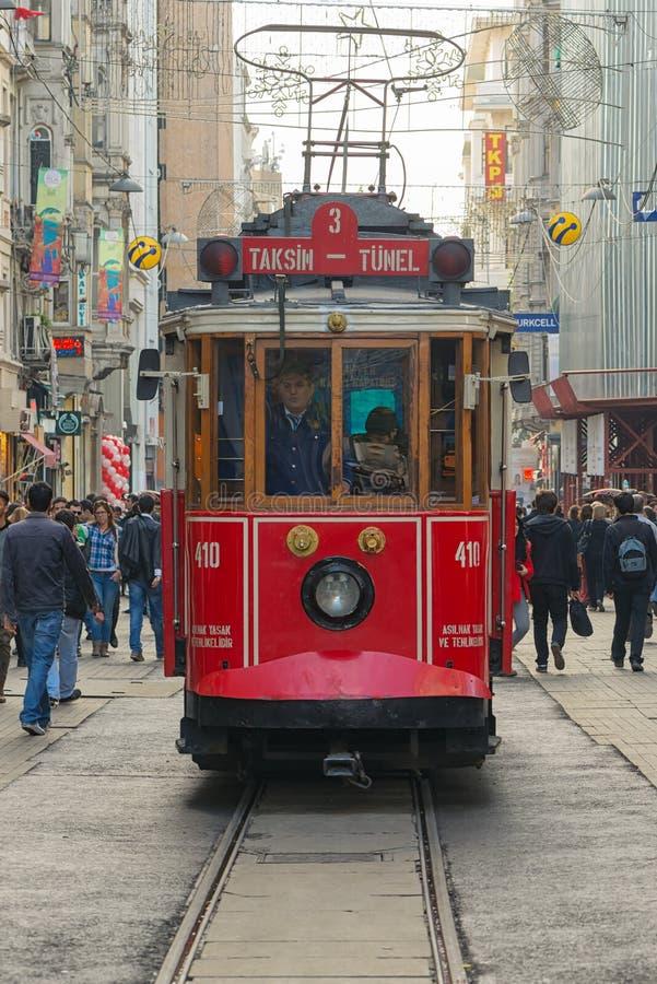 СТАМБУЛ - 21-ОЕ НОЯБРЯ: Красный классический трамвай в толпить Istiklal a стоковая фотография