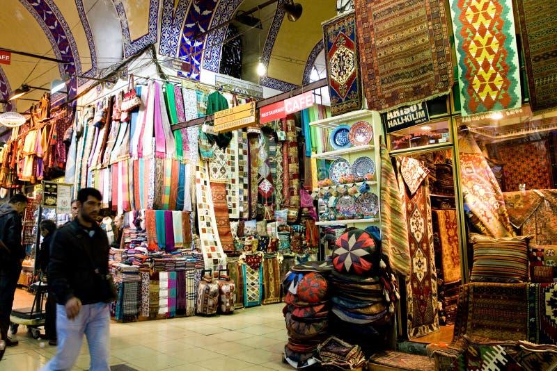 СТАМБУЛ, 22-ое ноября: Люди ходя по магазинам в грандиозном благотворительном базаре в Стамбуле, Турции стоковое фото