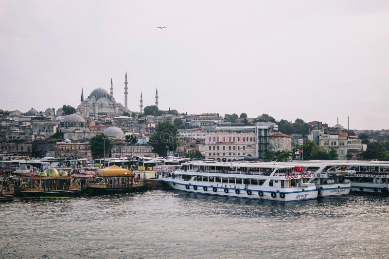Стамбул, Турция - июль 2014 Взгляд Стамбула, шлюпок и голубой мечети от моста Galata стоковые фото