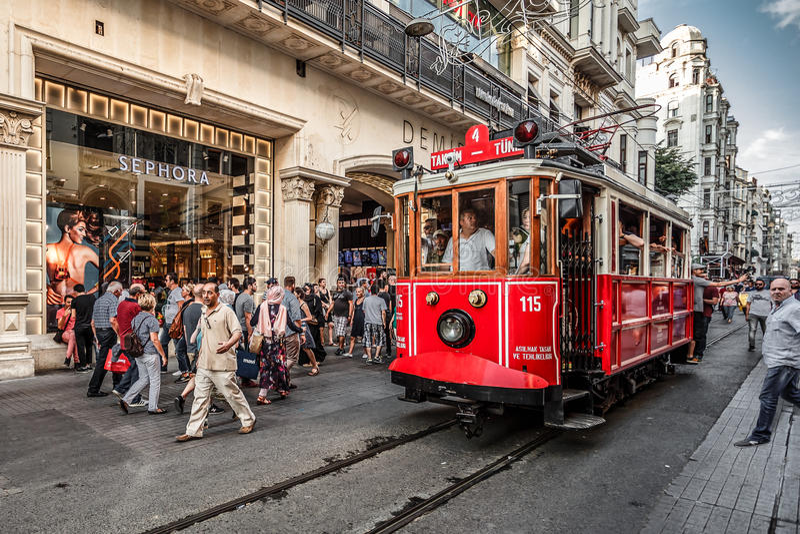 СТАМБУЛ, ТУРЦИЯ - 8-ОЕ АВГУСТА 2015: Tram идти через один из самых известных бульваров в Стамбуле - Ä°stiklal Caddesi стоковая фотография rf