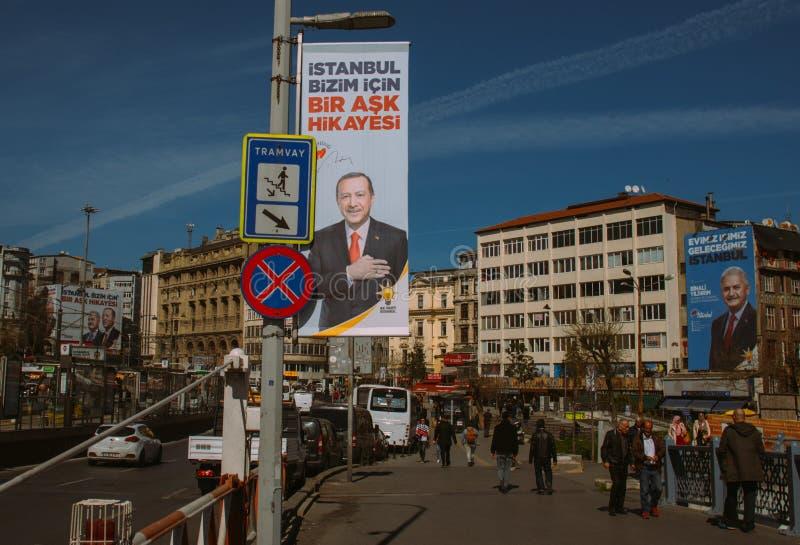 Стамбул, Турция - 26-ое марта 2019: Плакаты избраний в городе, названии в центре стоковое изображение rf
