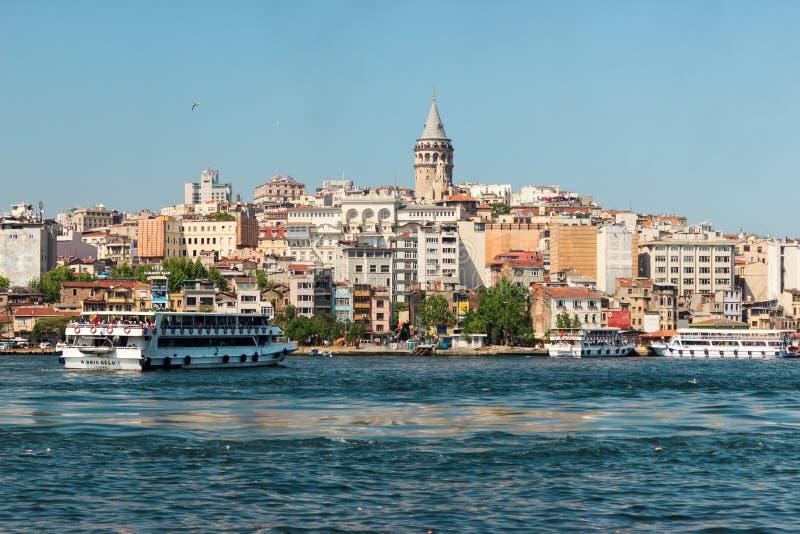 Стамбул/Турция - 9-ое мая 2016: Башня и паромы Galata на Bosphorus стоковое изображение rf