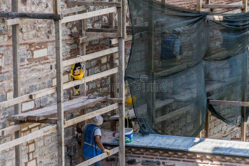 Стамбул, Турция, 22-ое сентября 2018: Рабочий-строители на ремонтине во время ремонта и реставрационные работы на стене Topkapi стоковые фотографии rf