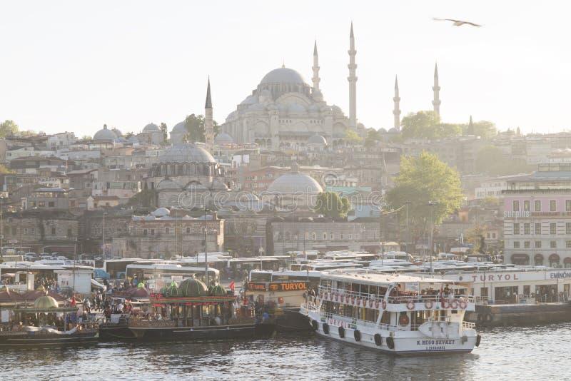 Стамбул, Турция - 04 22 2016: Плавая рестораны и новая мечеть Yeni Cami в Eminonu Взгляд от моста Galata, золотого рожка стоковые изображения