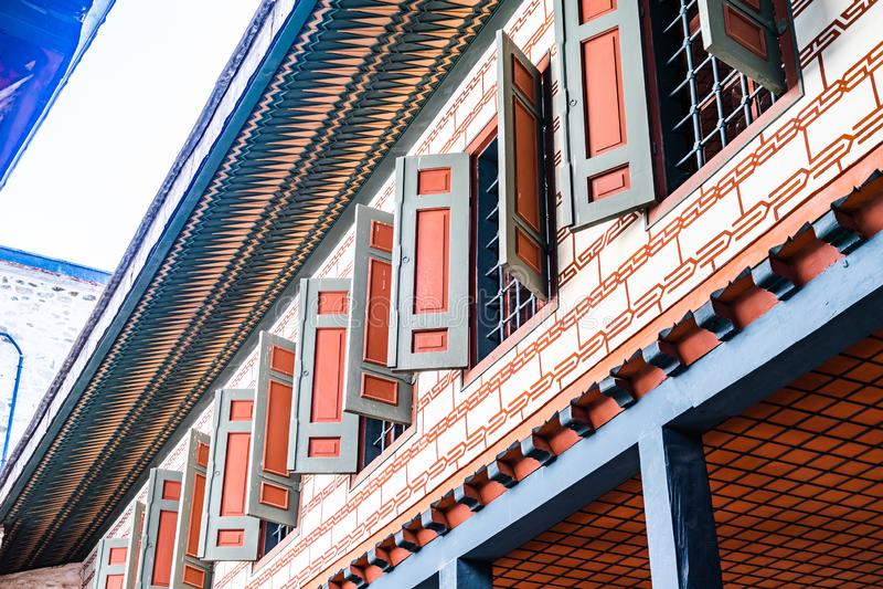 Стамбул, Турция, сентябрь 2018: Первый этаж здания во втором дворе дворца Топкапы с обшивать панелями и стоковая фотография