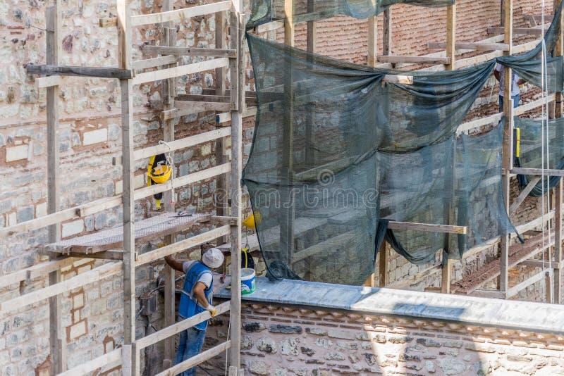 Стамбул, Турция, сентябрь 2018: Рабочий-строители на ремонтине во время ремонта и реставрационные работы на стене Topkapi стоковая фотография