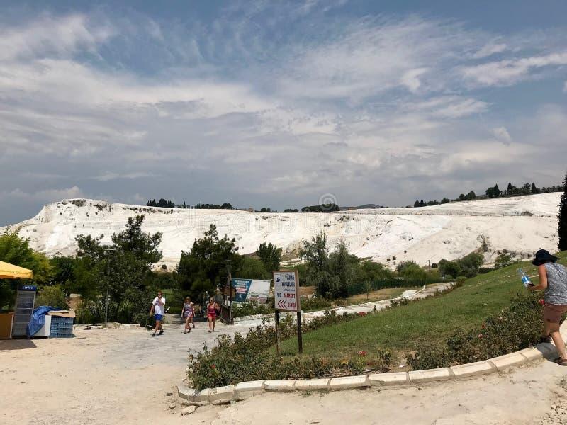 Стамбул, Турция - 23-ье июля 2018: Естественные бассейны и террасы травертина в Pamukkale Замок хлопка в югозападной Турции стоковое изображение rf