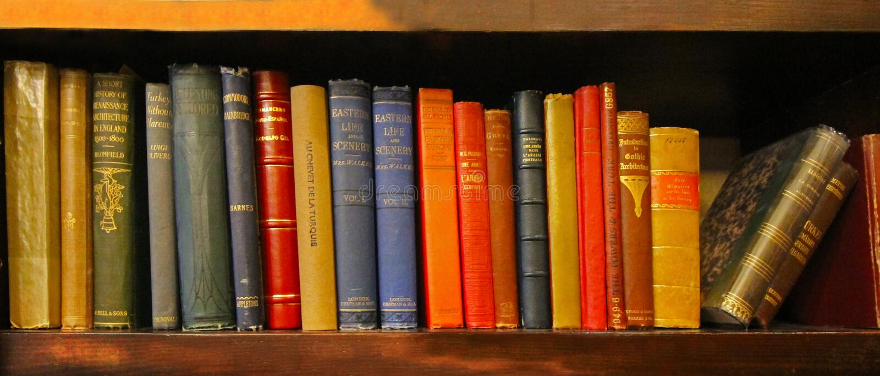 Стамбул, улица Istiklal/Турция 05 03 2019: Античные собрания книг, взгляд книжных полков стоковая фотография rf