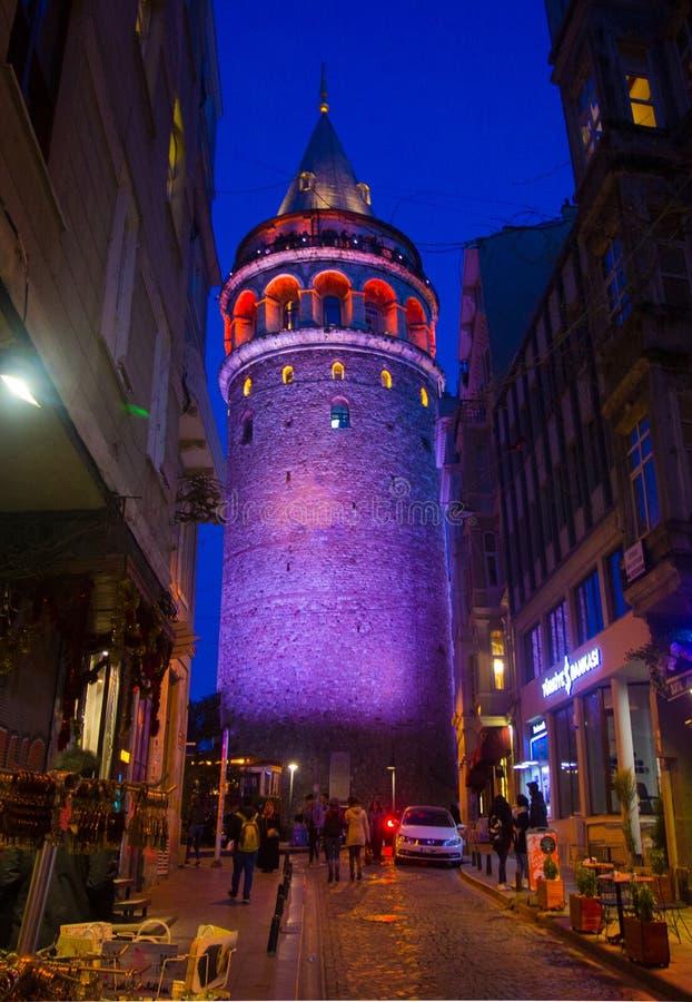 Стамбул, Beyoglu/Турция 03 04 2019: Взгляд ночи башни Galata стоковые изображения rf