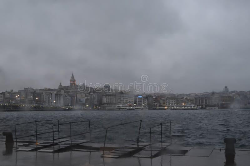 Стамбул, туманный дождь на холодном утре зимы Башня Galata и стоковая фотография
