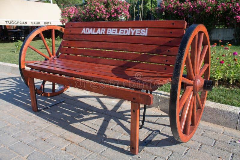Стамбул, Aladar, Турция - 30-ое июня 2012: красивая пустая первоначально деревянная скамья с турецким текстом на belediyesi остро стоковое изображение