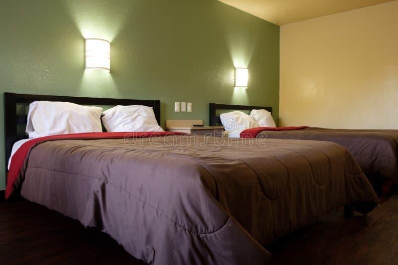 Стандартный гостиничный номер двуспальных кроватей стоковые изображения