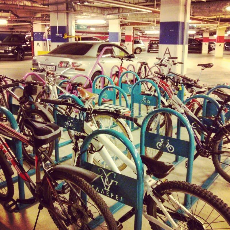 Станция велосипеда в моле стоковое фото rf