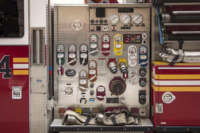Станция высокого давления работая на пожарной машине в Нью-Йорке Cit стоковые изображения rf