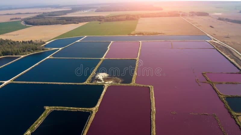 Станция города для обработки сточных вод Много пруды с грязной и очищенной водой r стоковое изображение