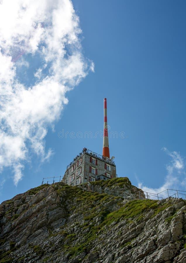 Станция горы с поляком антенны на горе Saentis в Appenzell Альпах в Швейцарии стоковое фото rf