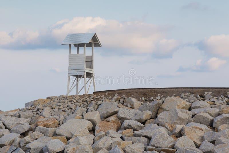 Станция личной охраны над скалистой дорогой стоковые фотографии rf