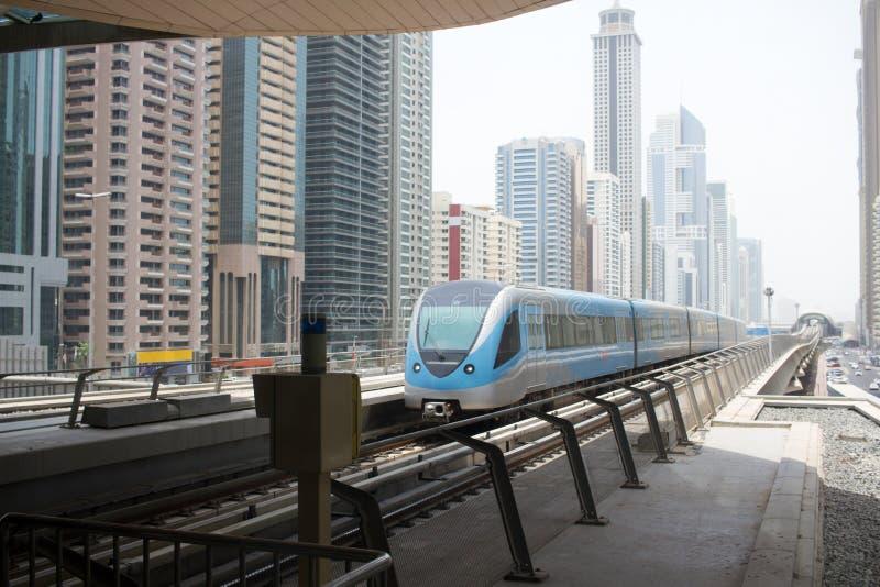 Станция и поезд метро Дубай стоковая фотография rf