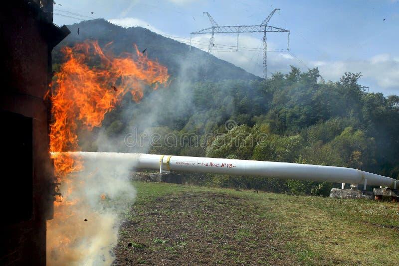 Станция компрессора газа работника тренировки чрезвычайной помощи в c стоковое фото rf